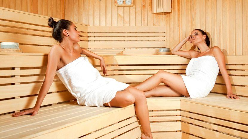 devushke-v-saune-pokusivat-sosat-grud-porno