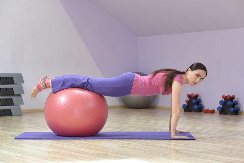 Упражнения с фитболом для похудения: укрепляем организм