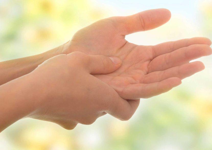 немеет левая рука болит кожа