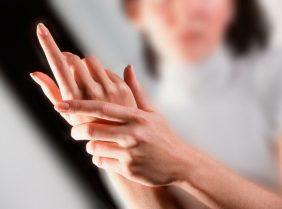 Немеет правая рука: почему и что делать?