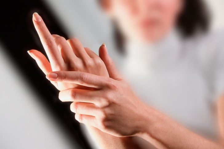 грыжа шейного отдела ватная рука