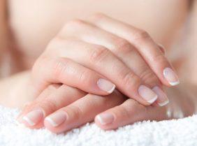 Почему на ногтях белые пятна?