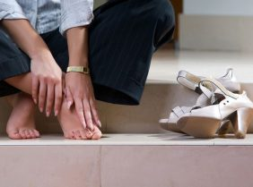 По какой причине могут болеть ступни ног при ходьбе?