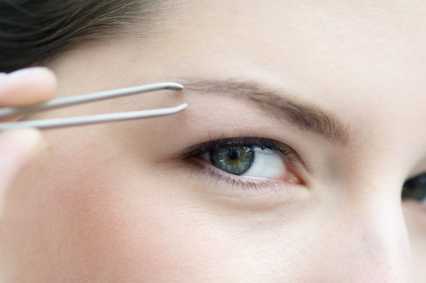 Самостоятельная коррекция бровей: удаление лишних волосков