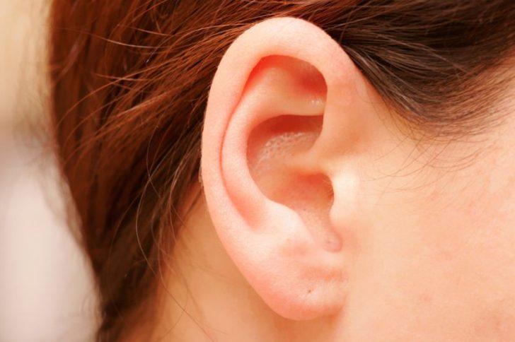 Черные точки в ушах: причины появления, как избавиться?