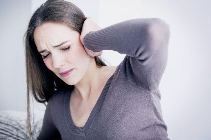 Шелушатся уши: в чем причина?