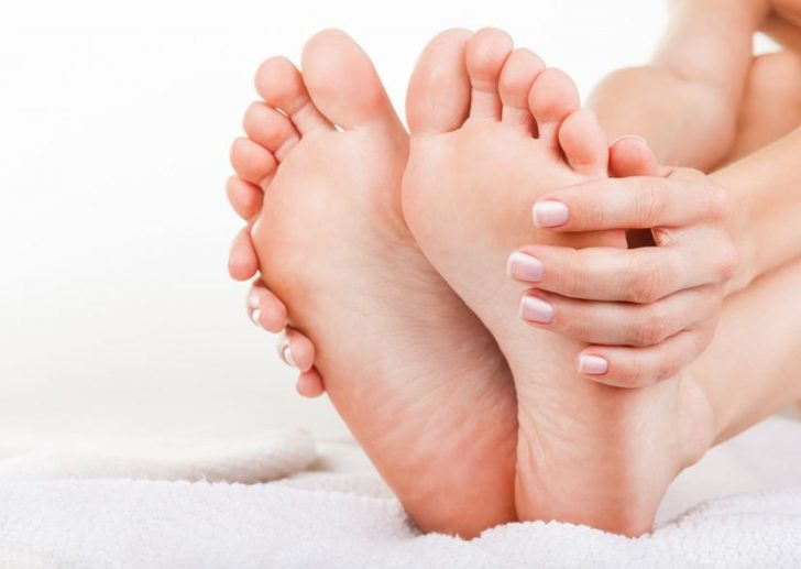 Почему почернели ногти на ногах: есть ли повод для беспокойства?