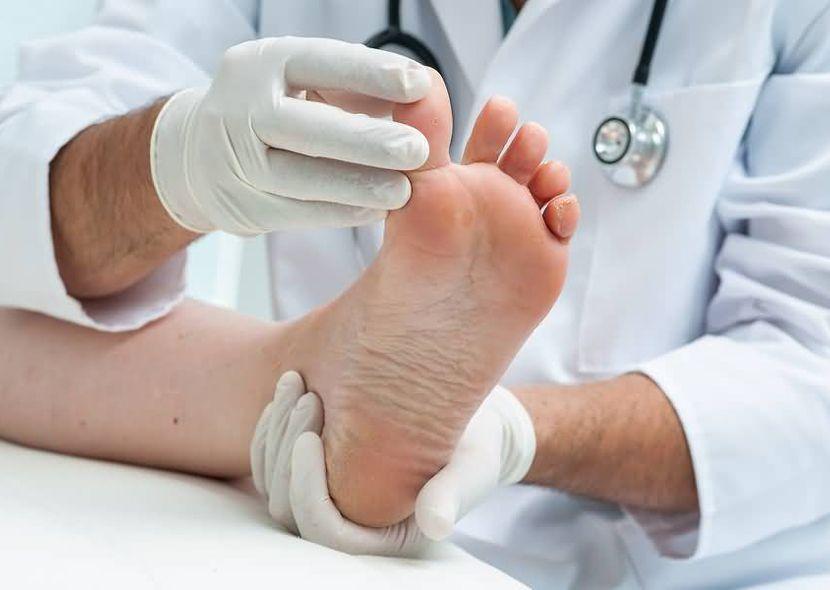 Черный ноготь на большем пальце ноги: что делать?
