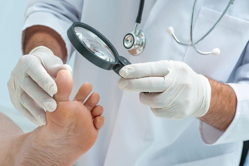 Основные причины появления трещин на ногтях ног