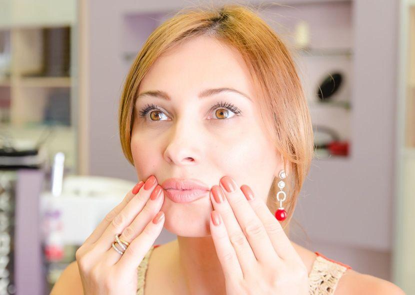 Как убрать носогубные морщинки на лице?