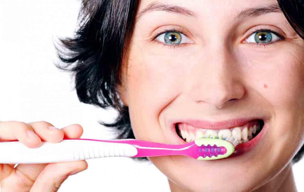 Как используют масло чайного дерева для отбеливания зубов?