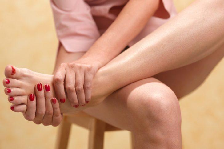 Неприятный запах ног при грибке стопы: как избавиться?