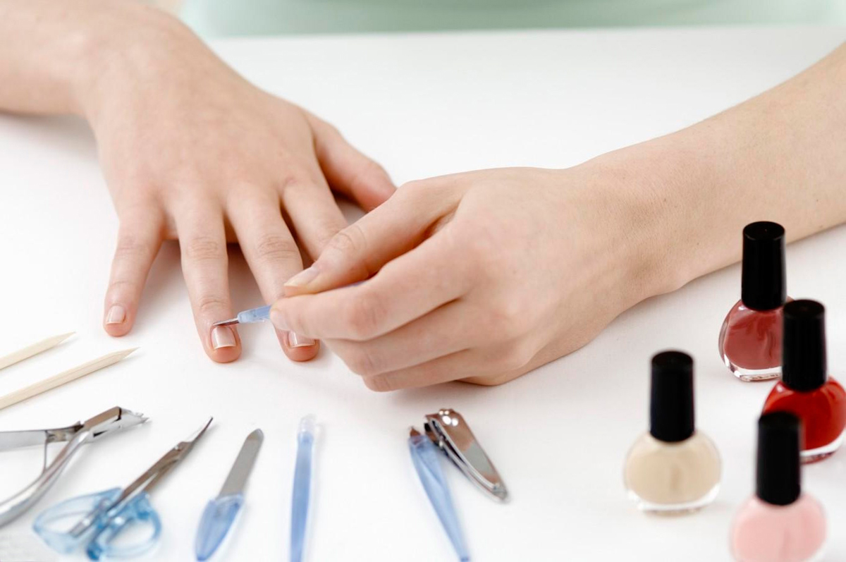 Почему появляются продольные полосы на ногтях?