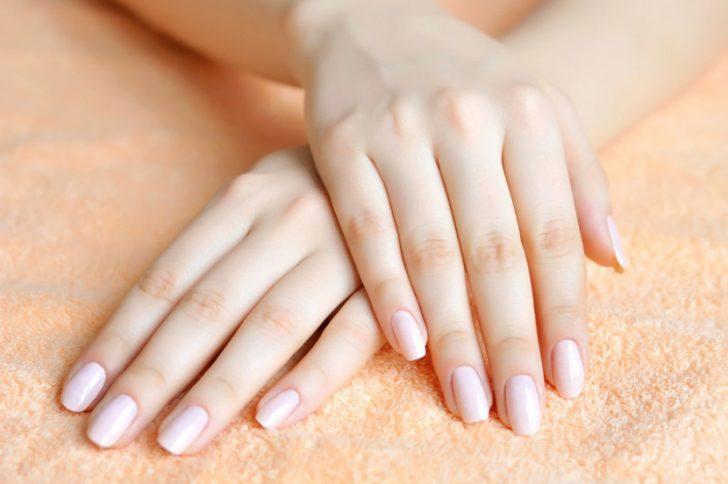 Что означают белые точки на ногтях?