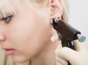 Чем обрабатывать уши после прокола: правила ухода