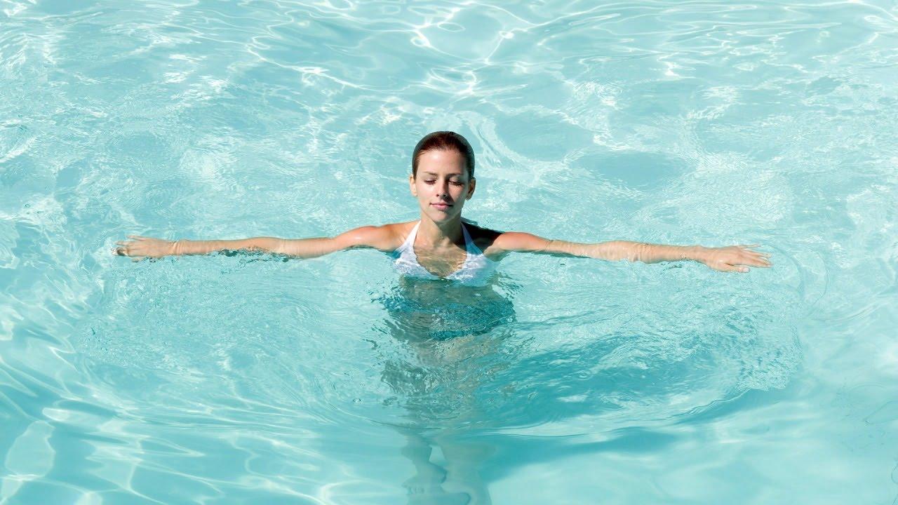 Упражнения для ягодиц в бассейне