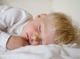 Почему ребенок храпит во сне ночью: причины