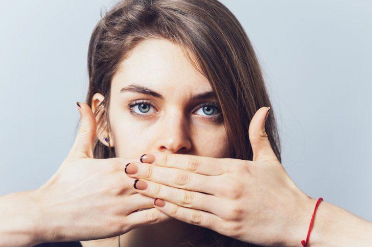 Неприятный запах из десны зуба — как убрать ?