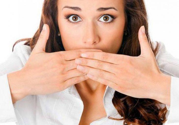 Почему появляется неприятный запах изо рта из-за проблем с желудком?