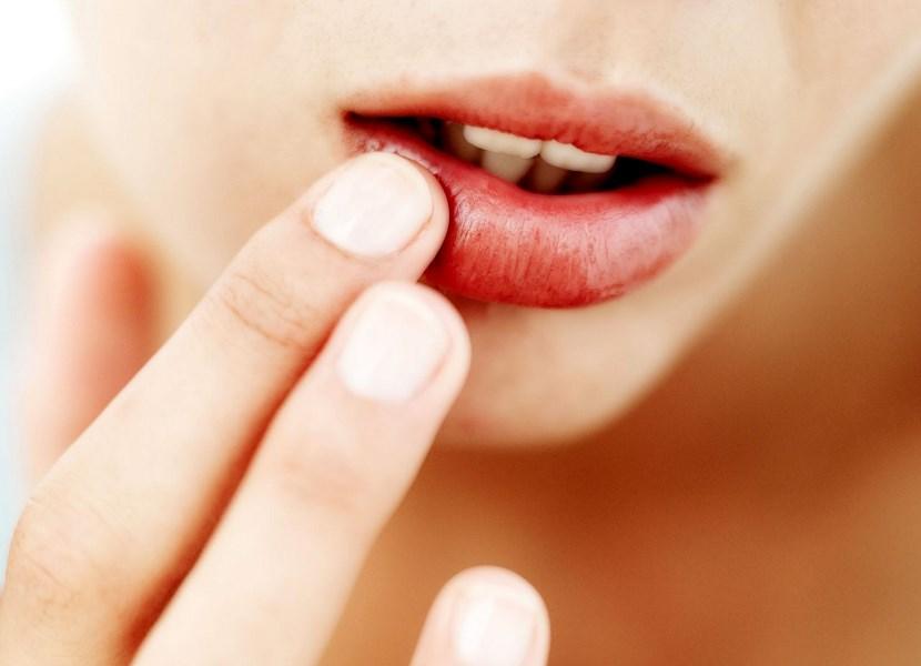 Как увеличить губы с помощью бутылки?