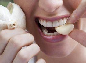 Как убрать запах чеснока изо рта?