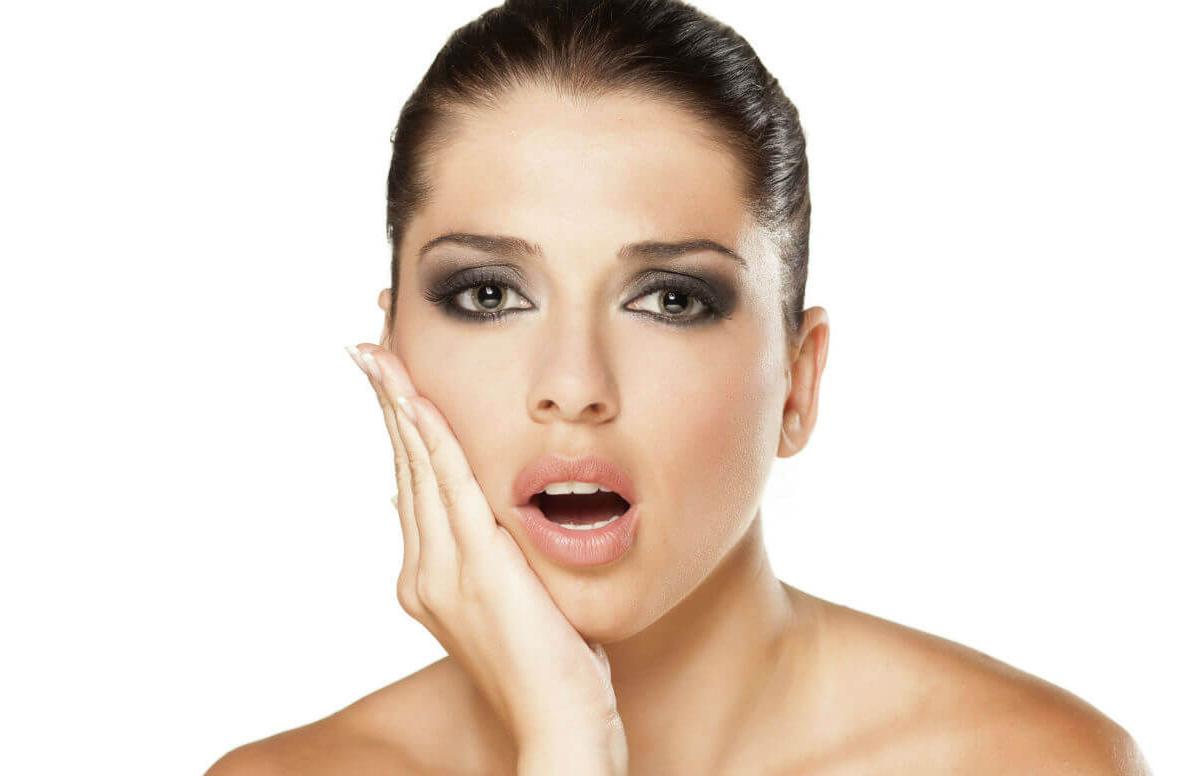 Основная причина появления неприятного запах изо рта после удаления зуба