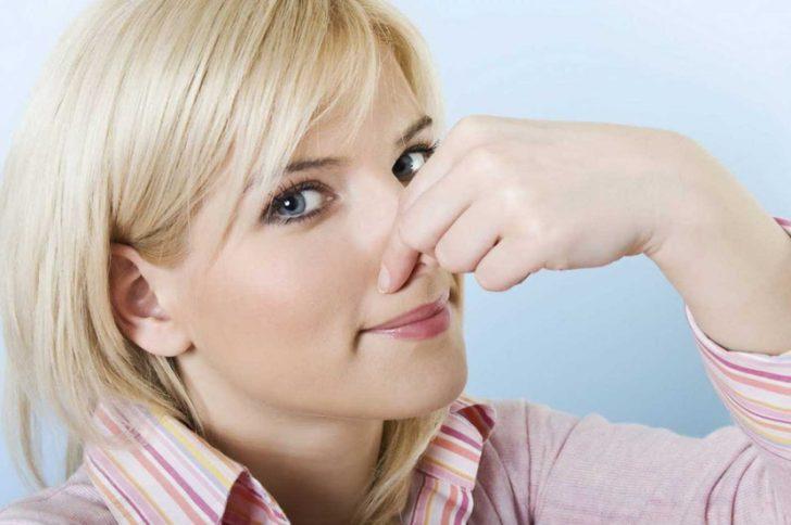 О чем говорит неприятный запах изо рта и белый налет на языке?