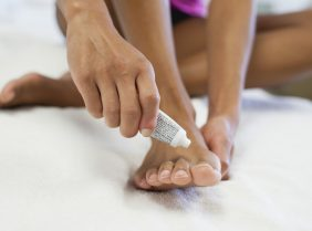Лечение неприятного запаха ног у мужчин и женщин