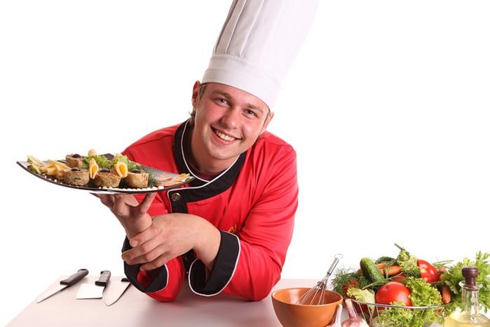 Повар держит в руках приготовленную еду