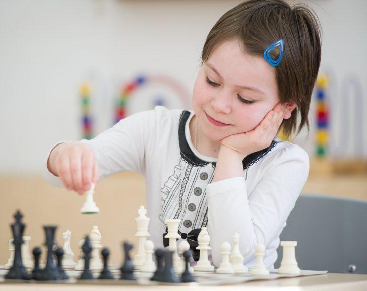 Фото девочки играющей в шахматы