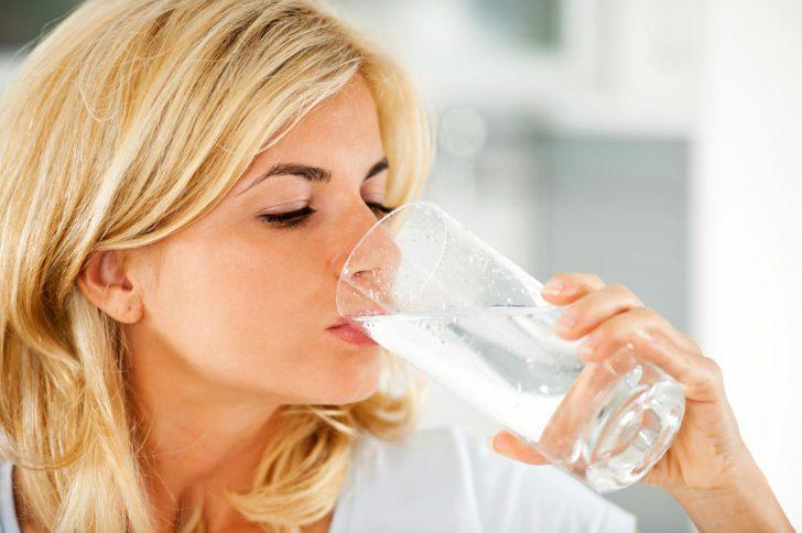 Как с помощью воды лечить болезни и худеть