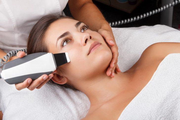 ultrazvukovaya-chistka-lica-osobennosti-protivopokazaniya-i-preimushhestva-0
